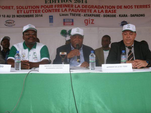 Le ministre au milieu, le préfet de Zio à sa droite et le Représentant Giz à gauche